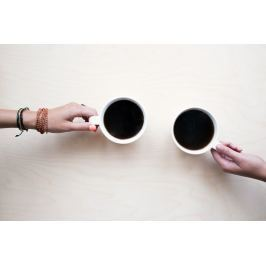 Fototapeta na ścianę dwie dłonie trzymające kubki z kawą FP 1147